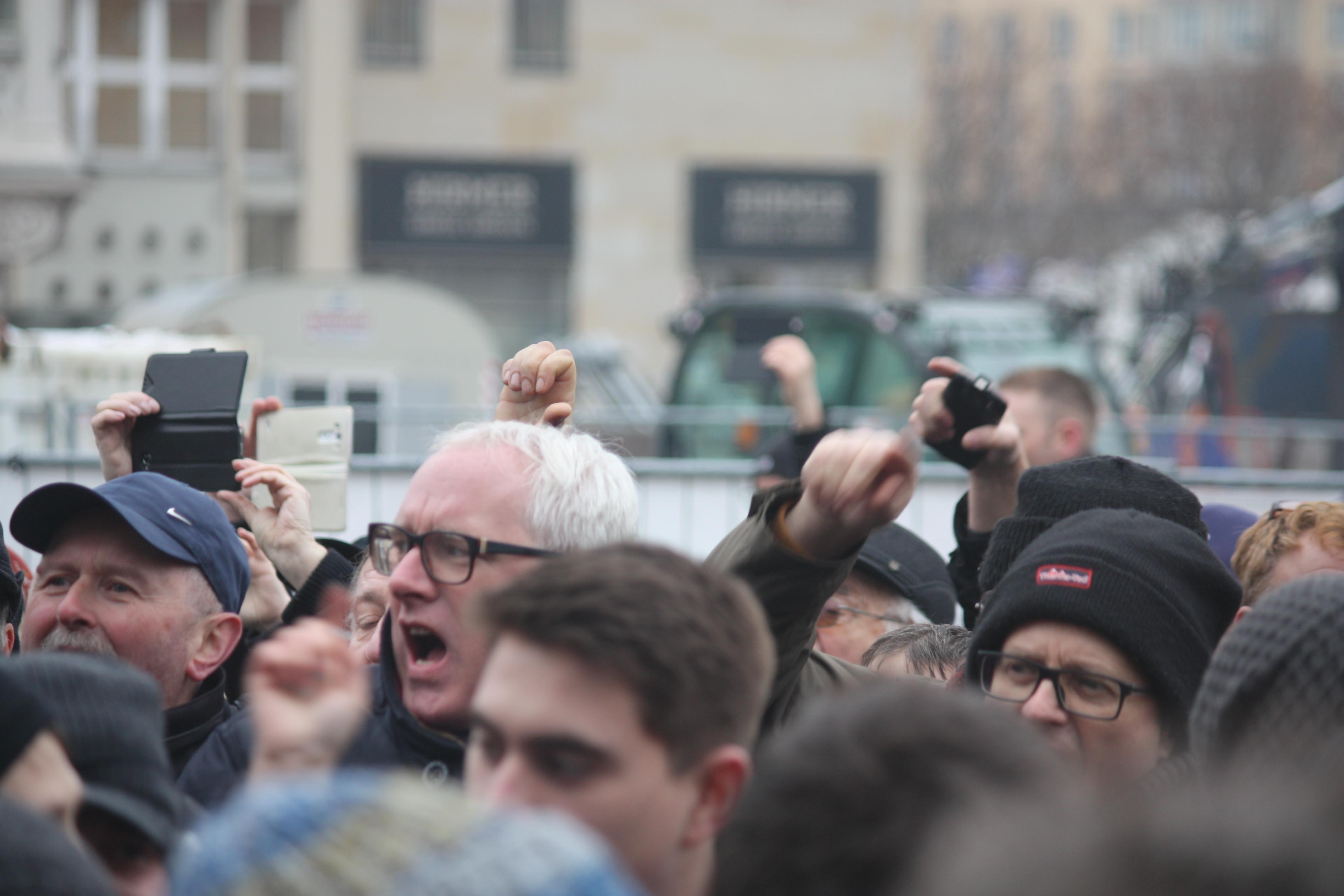 Pegida-Anhänger und Neonazis pöbeln gegen Eröffnung einer Kunstinstallation