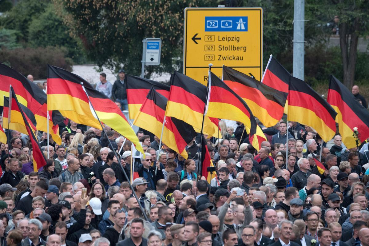 Nur wieder Deutschland. AfD und Pegida üben den Schulterschluss in Chemnitz /// Bild: picture alliance/Ralf Hirschberger<